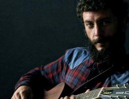 """Juanito Makandé,  presenta """"Entre mi casa y la Luna"""" el adelanto de su nuevo disco."""