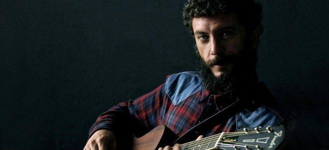 Juanito Makandé,  presenta «Entre mi casa y la Luna» el adelanto de su nuevo disco.